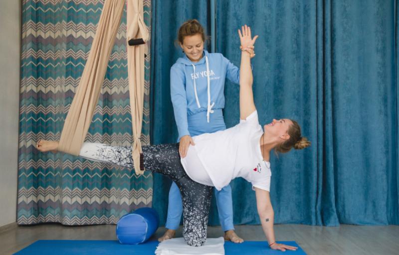 Йога в гамаках (аэройога, антигравити): польза и противопоказания, виды занятий