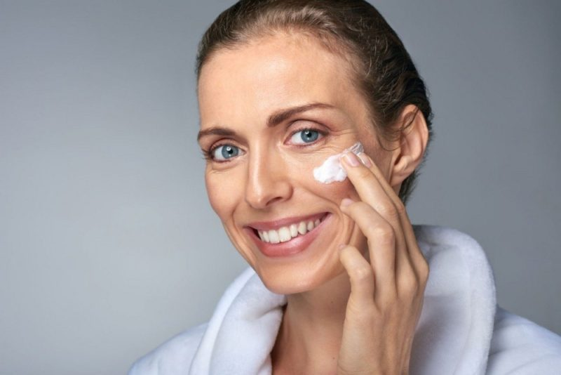 Гепариновая мазь для лица: косметическое применение мази в уходе за кожей, эффект, противопоказания